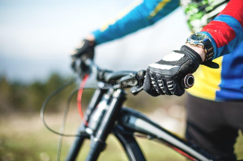 Zakończenie jeźdza ` s ręka w rękawiczkach na roweru górskiego handlebars zdjęcie royalty free