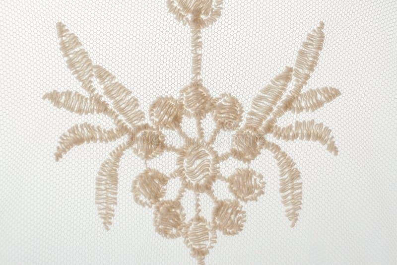 Zakończenie jeden czerep koronka z galanteryjnym kwiecistym motywem na białym b fotografia stock
