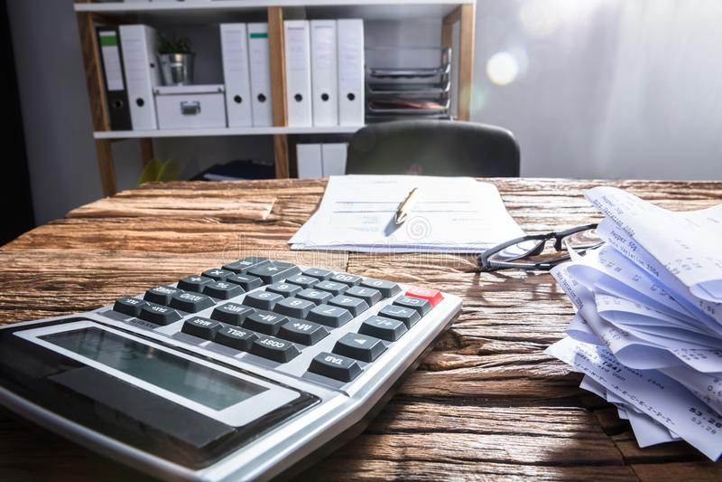 Zakończenie kalkulator Na Drewnianym biurku fotografia stock