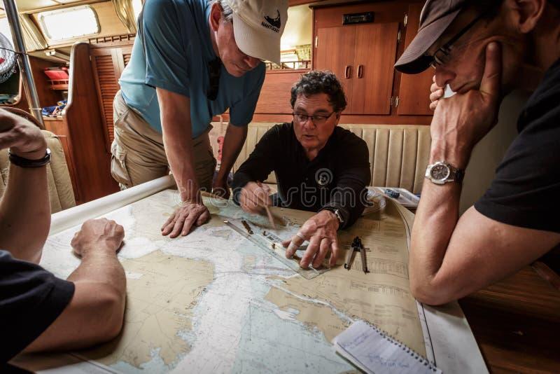 Zakończenie kapitanu kartowania kurs dla żagla w zatoce zdjęcia royalty free