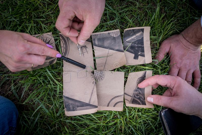 Zakończenie kawałek pirat karta, ręki i Pirata poszukiwanie zdjęcia stock