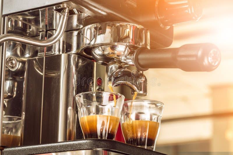 Zakończenie kawy espresso dolewanie od kawowej maszyny przy rankiem fotografia royalty free
