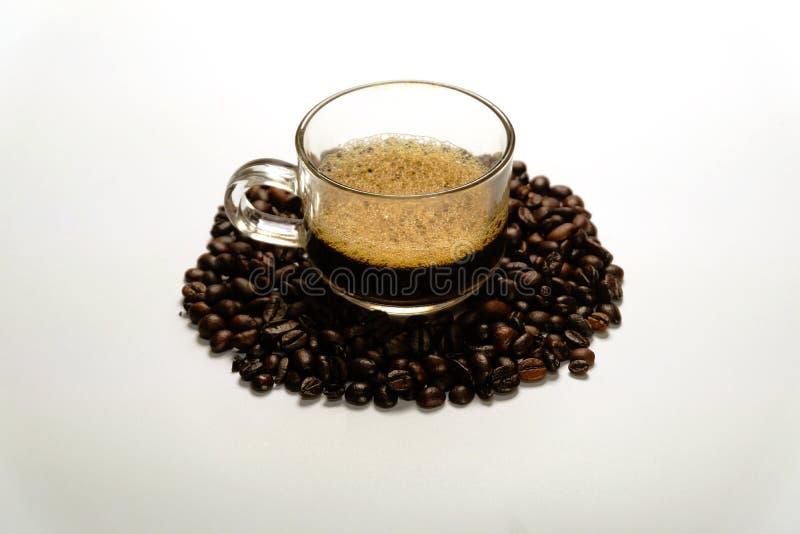 Zakończenie Kierowy kształt piec up piec kawowe fasole z kawowych fasoli tłem odizolowywającym na bielu zdjęcia royalty free