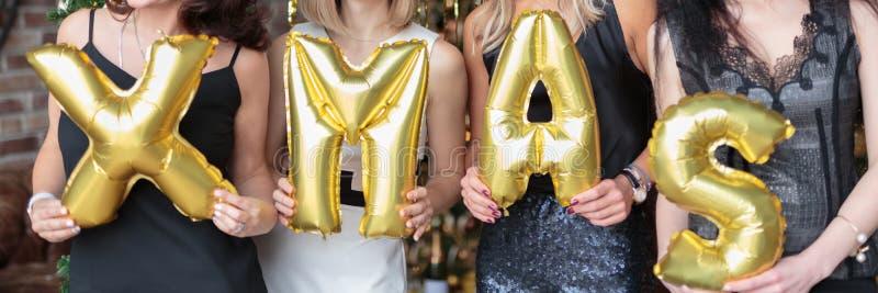 Zakończenie kobiet ręki pokazuje słowa xmas robić helowi balony obrazy royalty free