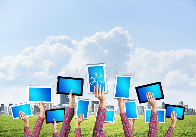 Zakończenie kobiet ręki w kreskowym pokazuje pastylka komputerze osobistym z pustym błękitnym ekranem zdjęcie stock