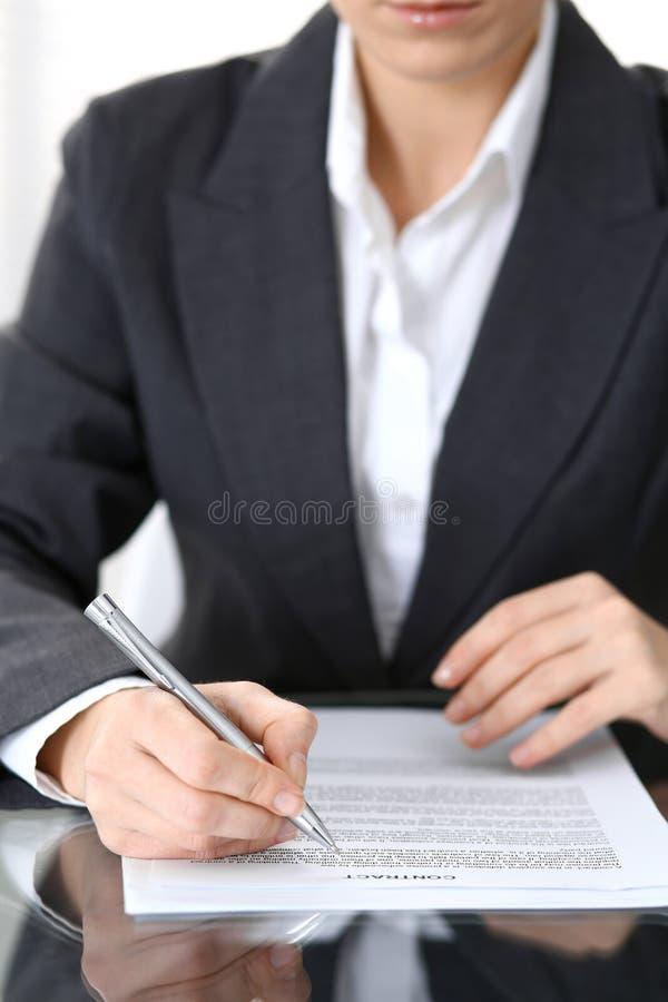 Zakończenie kobiet ręki z piórem nad dokumentem kontakt, biznesowy pojęcie zdjęcie royalty free