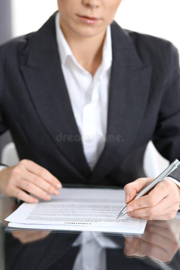 Zakończenie kobiet ręki z piórem nad dokumentem kontakt, biznesowy pojęcie obraz stock