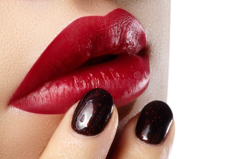 Zakończenie kobiet wargi z moda czerwonym makijażem, gwoździe Piękno operacja, kosmetologia fotografia royalty free