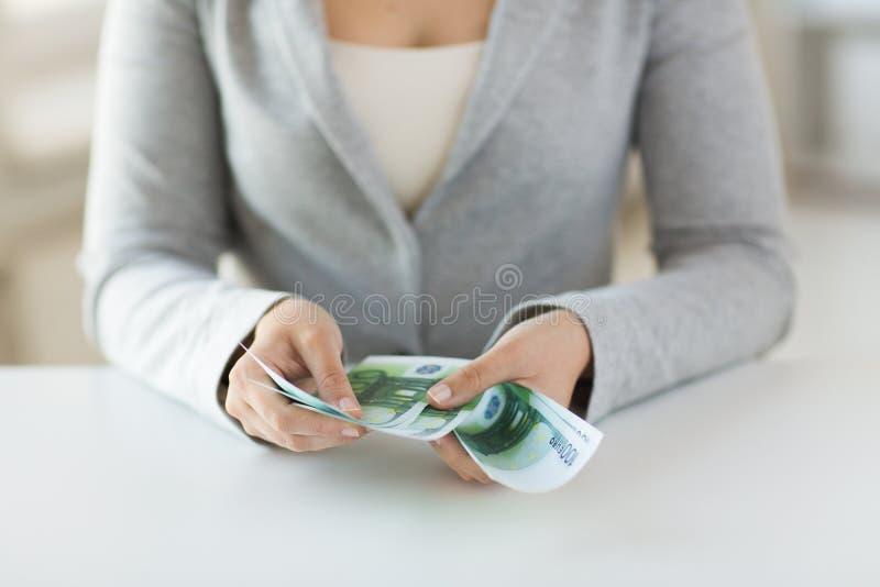 Zakończenie kobieta up wręcza odliczającego euro pieniądze obrazy stock