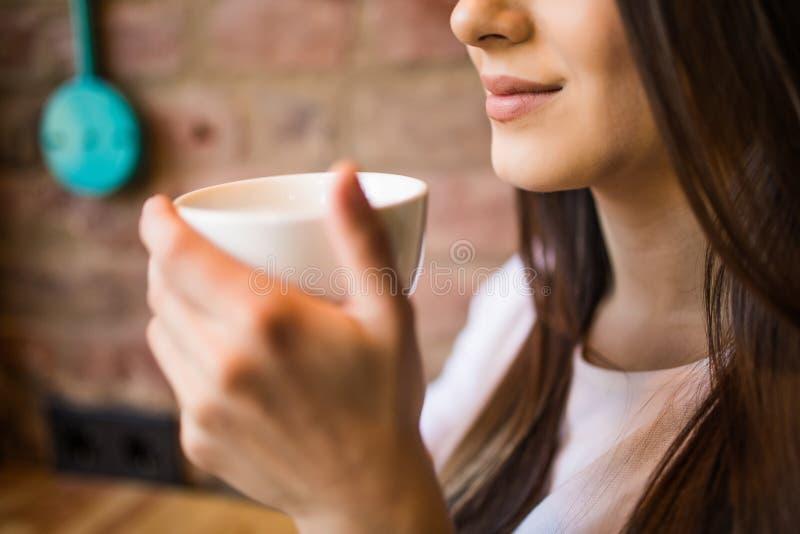 Zakończenie kobieta up wręcza trzymać gorącą filiżankę w kawiarnia sklepie fotografia royalty free