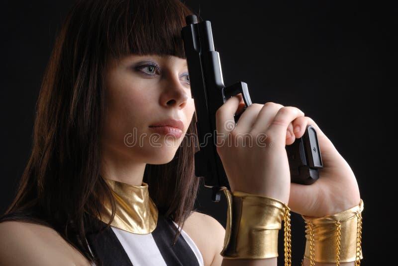 Zakończenie kobieta w manacles z pistolecikiem. fotografia stock