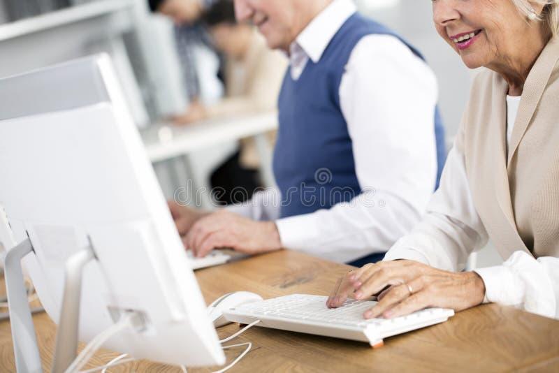 Zakończenie kobiety pisać na maszynie zdjęcie royalty free