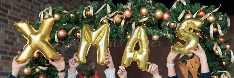 Zakończenie kobiety pokazuje słowa xmas robić nadmuchiwani balony z rękami podnosić up zdjęcia royalty free