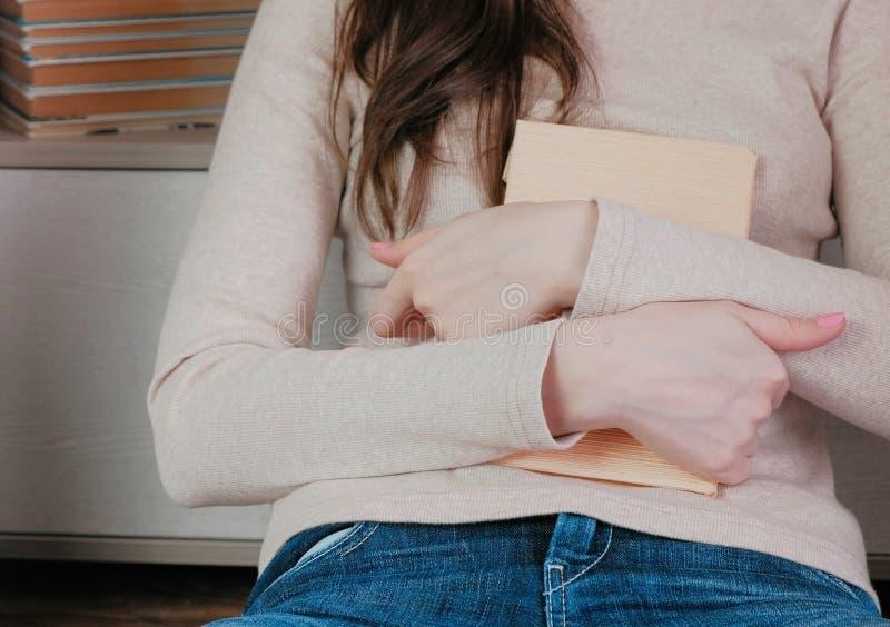 Zakończenie kobiety ` s wręcza ściskać książkę zdjęcie royalty free
