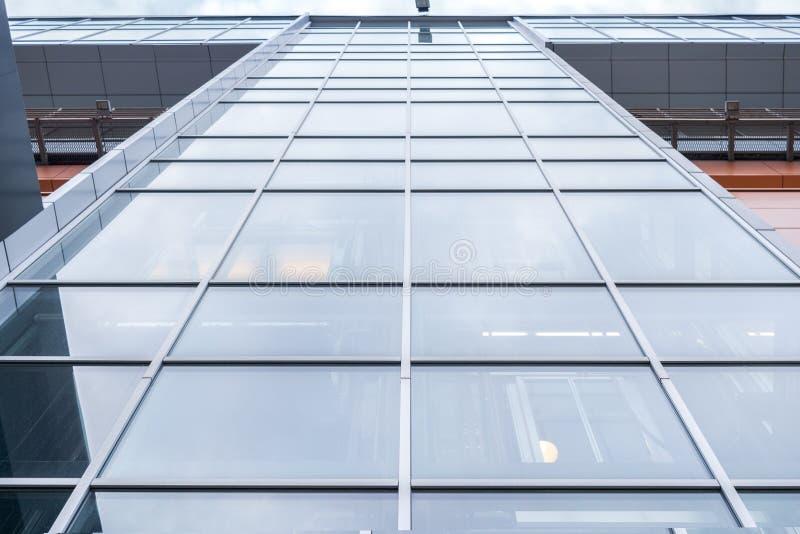 Zakończenie kondygnaci budynek biurowy z lustrzanymi okno Niskiego kąta strzał fotografia stock