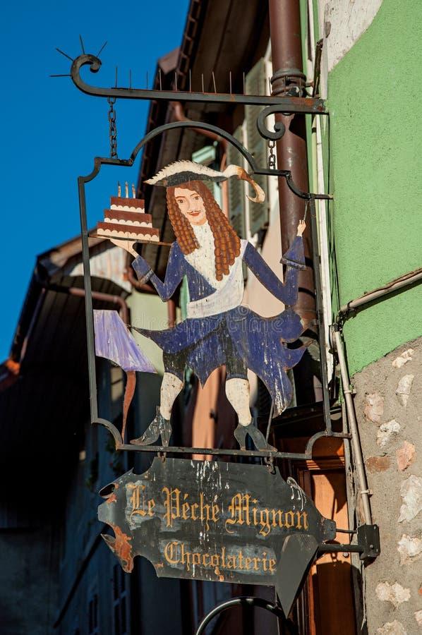 Zakończenie kruszcowy ulica sklep podpisuje budynek w Annecy, obrazy royalty free