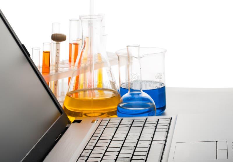 Zakończenie laptop w Chemicznym laboratorium zdjęcie royalty free