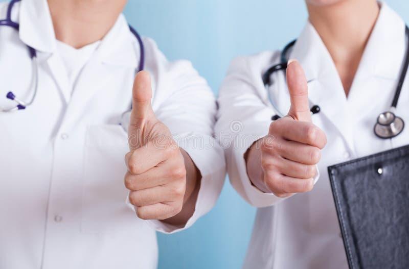 Zakończenie lekarki pokazuje aprobata znaka zdjęcie stock