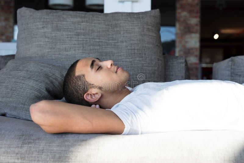 Zakończenie mężczyzna dosypianie na kanapie fotografia royalty free