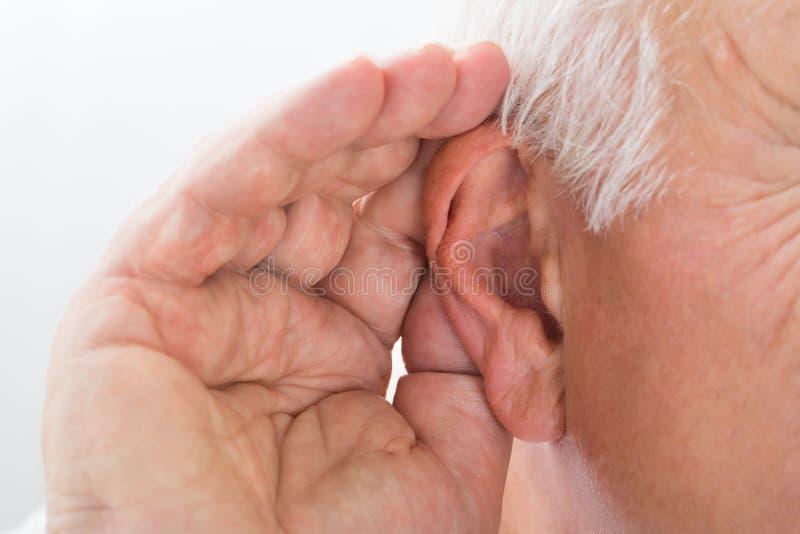 Zakończenie mężczyzna Próbuje Słuchać zdjęcia royalty free