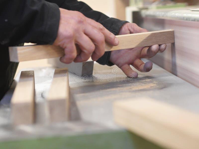 Zakończenie mężczyzna ręki trzyma małą drewnianą deskę zdjęcie stock