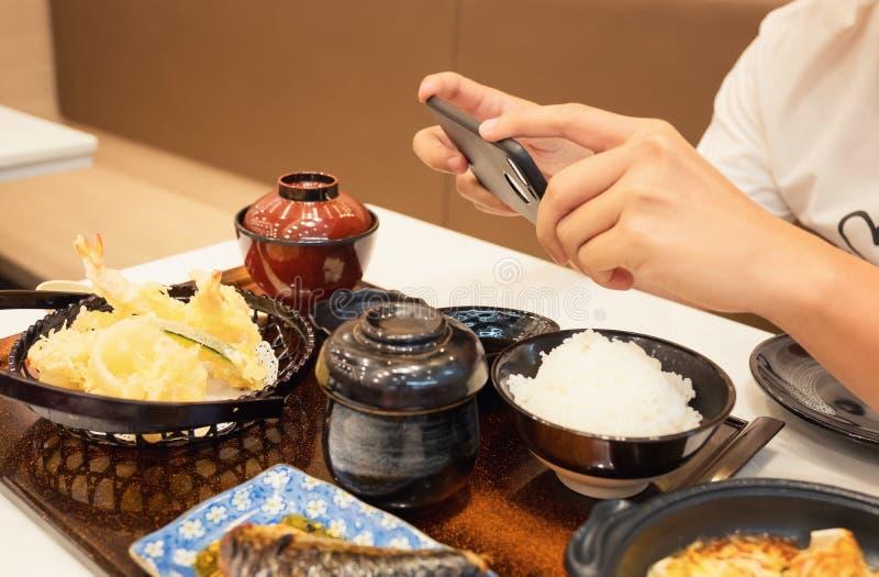 Zakończenie mężczyzna ` s ręk use wskazuje palcowego Mobilnego mądrze telefonu wp8lywy zdjęcie royalty free