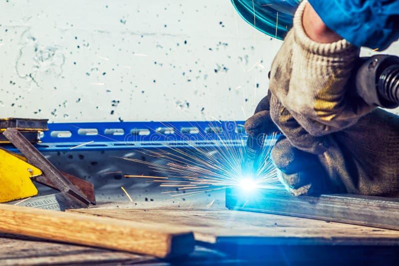 Zakończenie mężczyzna up spawka metal spawalnicza maszyna zdjęcie royalty free