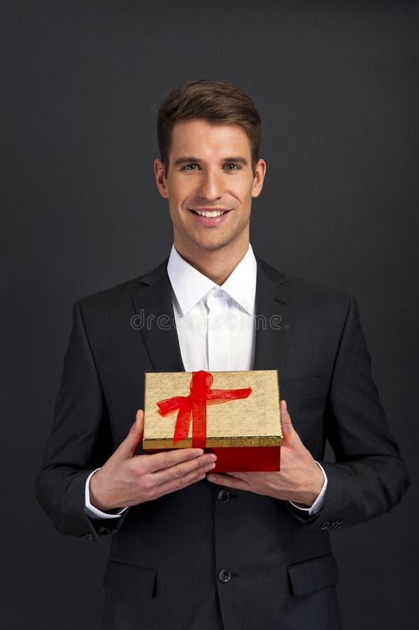 Zakończenie mężczyzna up wręcza mienie prezenta pudełko zdjęcie royalty free