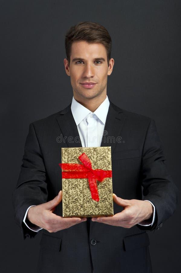 Zakończenie mężczyzna up wręcza mienie prezenta pudełko obrazy stock