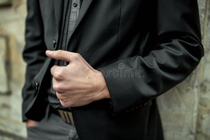 Zakończenie mężczyzna w czarnym kostiumu obraz stock