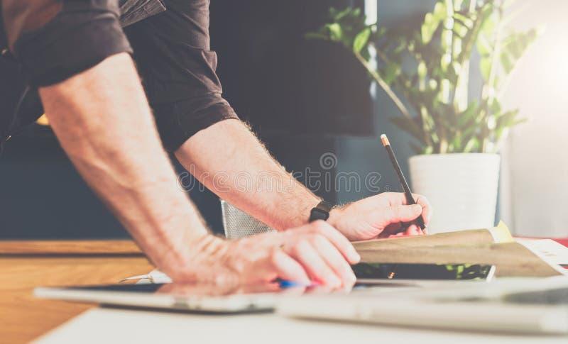 Zakończenie męska ręka na stole Biznesmen stoi blisko stołu, opiera jego ręki na stole zdjęcia stock