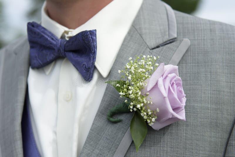 Zakończenie męski groomsman ubiór z menchii róży corsage zdjęcie royalty free