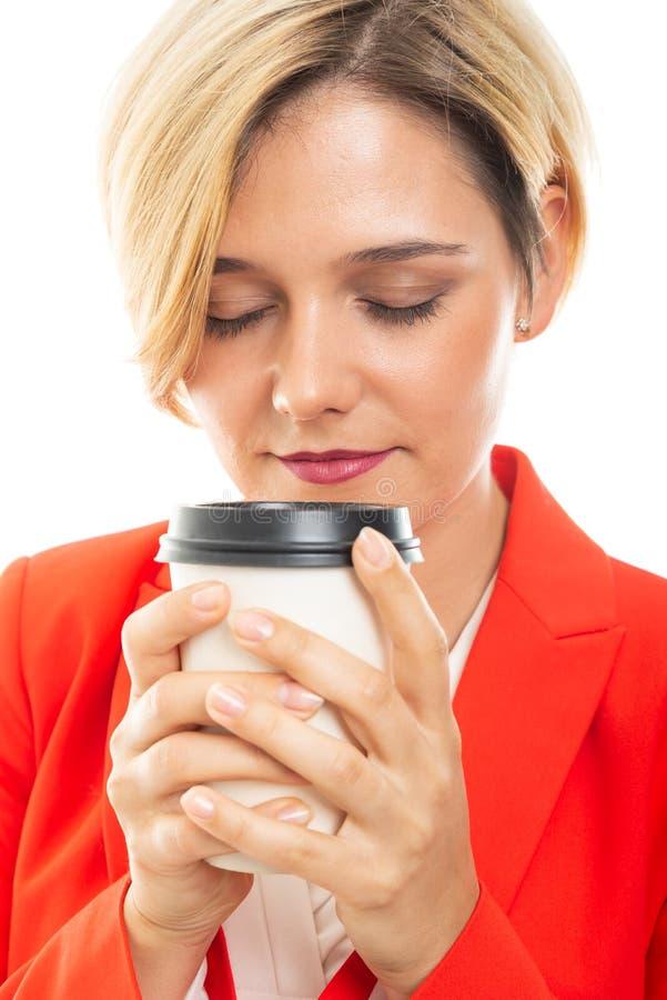 Zakończenie młoda ładna biznesowa kobieta wącha kawę obrazy royalty free