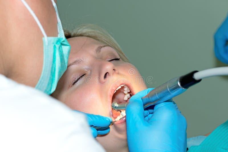 Zakończenie młoda kobieta ma jej zęby czyścić zdjęcia stock