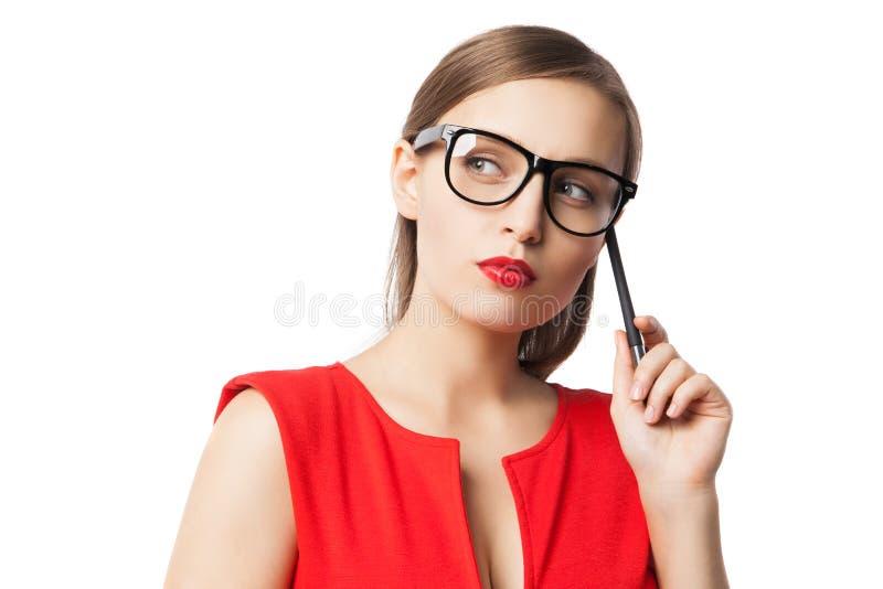 Zakończenie młoda kobieta w szkłach i czerwień ubieramy obrazy royalty free