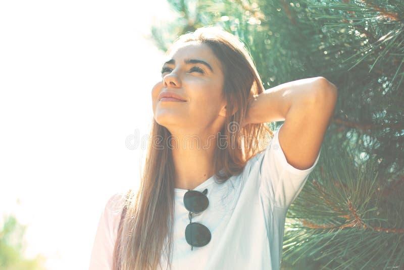 Zakończenie młoda kobieta z piękną twarzą uwypukla cieszyć się słońce zdjęcia stock