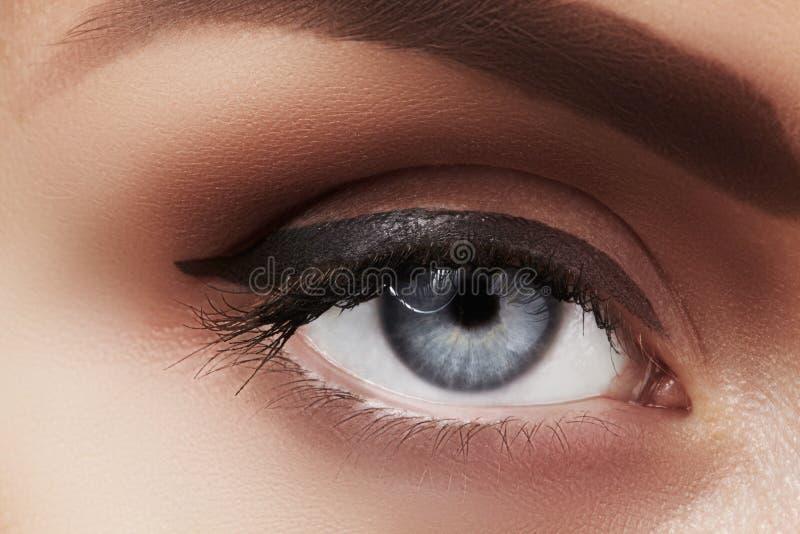 Zakończenie makro- piękny żeński oko z perfect kształt brwiami Czysta skóra, mody naturel makijaż Dobry wzrok fotografia royalty free