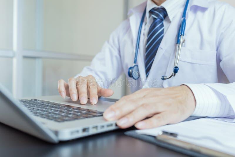 Zakończenie medyczny pracownik pisać na maszynie na laptopie zdjęcie stock
