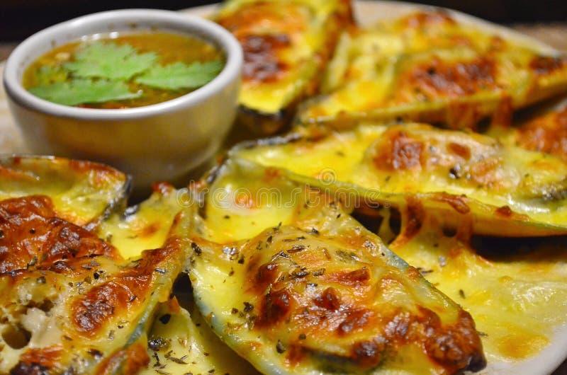 Zakończenie Mussels up Piec z serem z Korzennym owoce morza kumberlandem zdjęcie royalty free