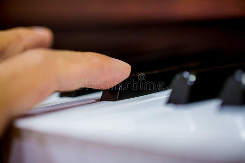 Zakończenie muzyczny wykonawcy ` s palec bawić się pianino obraz royalty free
