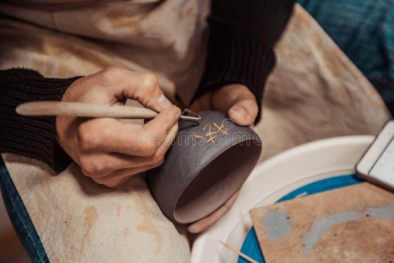 Zakończenie na artyście wręcza personalizować glinianą filiżankę pisać Chińskiego charakteru zdjęcia stock
