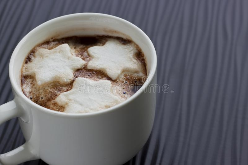 Zakończenie na filiżance Gorąca czekolada z płatków śniegu Marshmallows obrazy royalty free