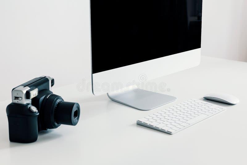 Zakończenie na kamerze na białym biurku z komputerem stacjonarnym i klawiaturą w praca terenu wnętrzu Istna fotografia obrazy royalty free