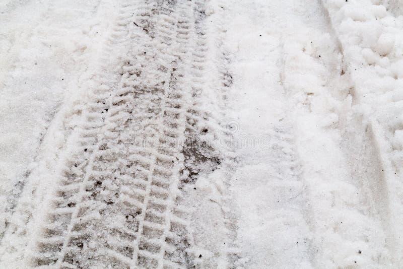 Zakończenie na opona śladu odcisku na drodze z śniegiem fotografia stock