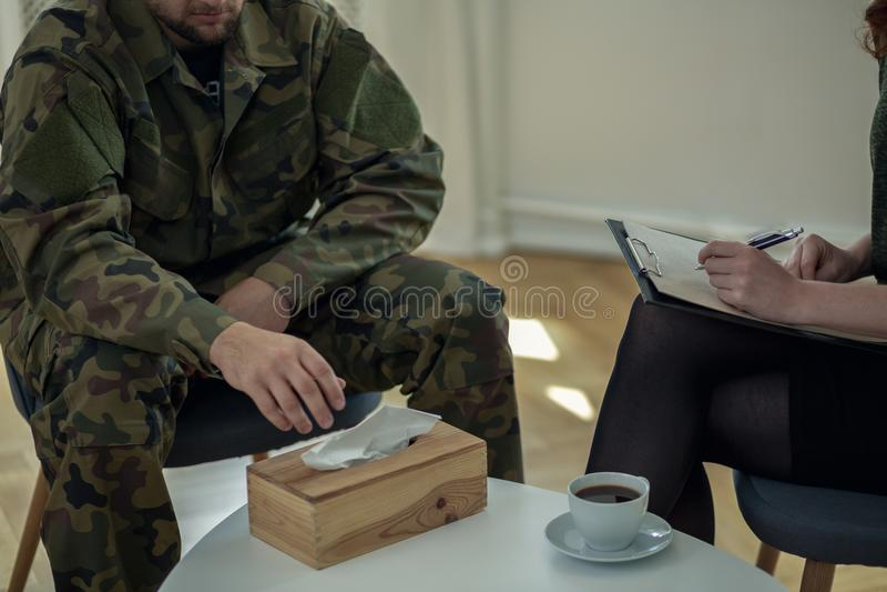 Zakończenie na płaczu żołnierza dojechaniu dla tkanki podczas konsultaci z terapeuta obrazy stock
