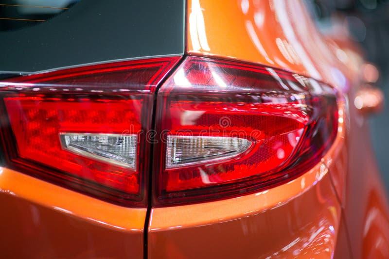 Zakończenie na rodzajowym tylni świetle samochód na czerwieni fotografia royalty free