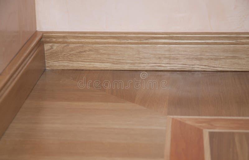 Zakończenie na w górę drewnianej listwy naprawy na dębowego drewna parkietowej instalacji zdjęcie stock