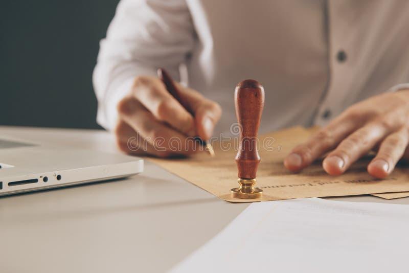 Zakończenie na w górę mężczyzny notariusza społeczeństwa ręki atramentu stempluje dokument Notariusza społeczeństwo fotografia royalty free