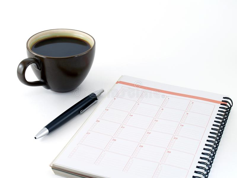 Zakończenie notatnik, czarny pióro i gorąca kawa w ciemnego brązu ceramicznej filiżance odizolowywającej na białym tle, obrazy royalty free