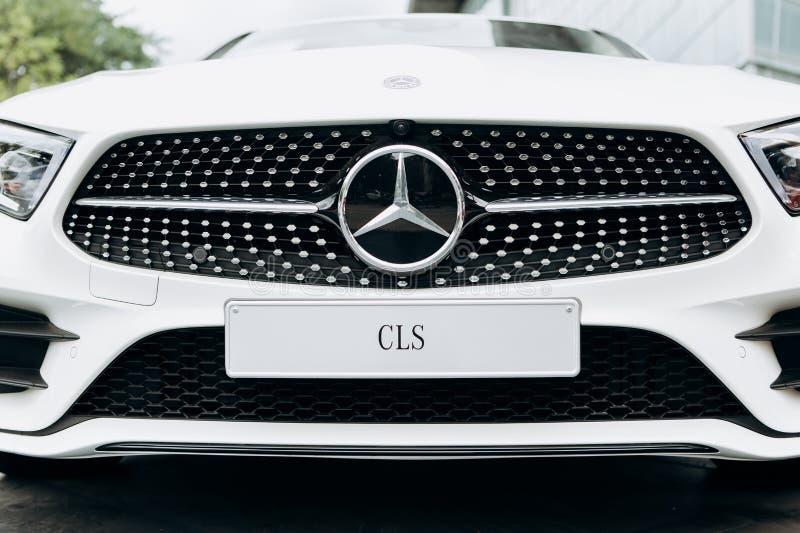 Zakończenie nowy biały Mercedes-Benz CLS obraz royalty free